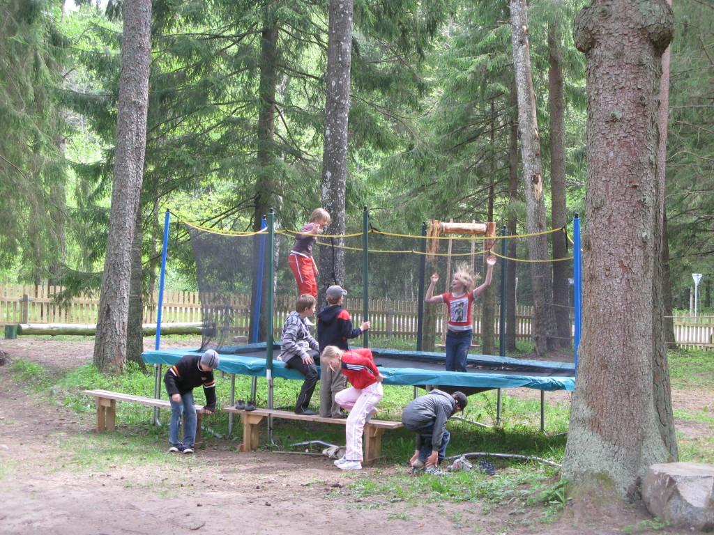 taevaskoja salamaa camping batuut lastele
